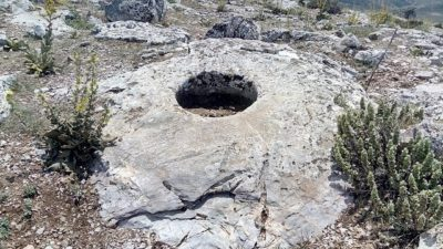Kayadaki Büyük Yuvarlak Oymalar