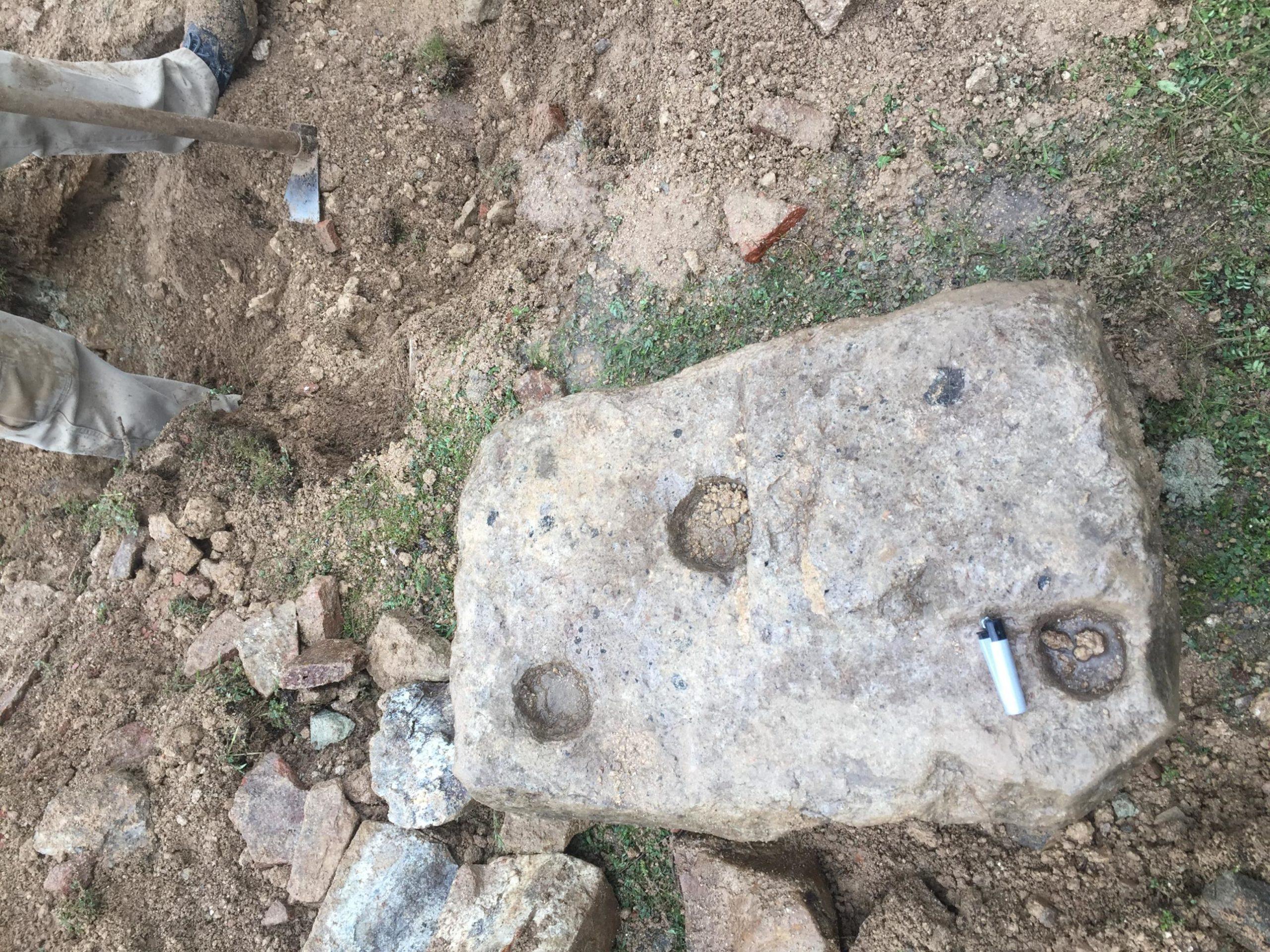 3 oymalı taş